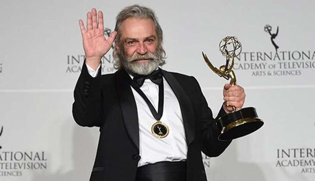 Haluk Bilginer Emmy Ödülleri'nde En İyi Erkek Oyuncu Ödülünü Kazandı