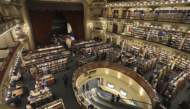 Tiyatro Salonu Dev Bir Kütüphaneye Dönüşürse