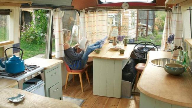 Hurda otobüsü satın alıp kendilerine gezebilen  ev yaptılar