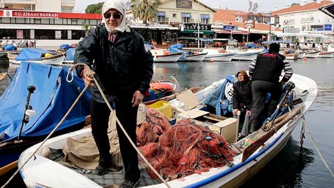 İzmirli teyzeler 30 yıldır balıkçılık yapıyor