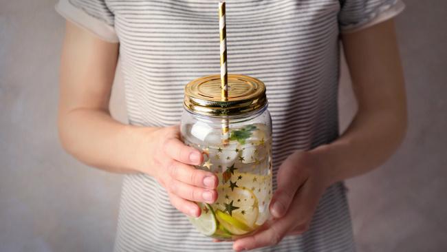 Bedeni ve zihni aktif tutan hesaplı 10 salatalık suyu tarifi!