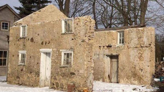 3 duvarı olan yıkık binayı biraz çabayla lüks bir villaya çevirdi