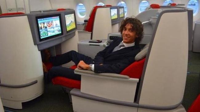Farklı bir kariyer! First Class'ta uçtuğu için hava yolu firmalarından para alıyor